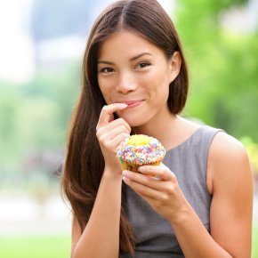 ef9dca9401db3b40_woman-eating-cupcake.jpg.xxxlarge_2x